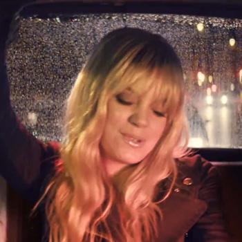 Лили Аллен набрала полную машину двойников в новом клипе (Видео)