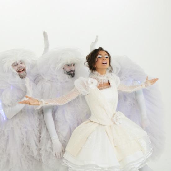 Певица Дэя покажет ожидание чуда в новогоднем клипе