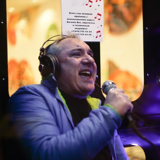 Николай Фоменко поет песни группы «Секрет» в караоке-будке