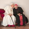 Энтони Хопкинс и Джонатан Прайс обсуждают папские дела в трейлере «Двух пап» (Видео)