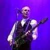 Гитару основателя Status Quo и белые штаны Фредди Меркьюри продали на аукционе