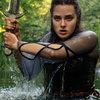 Девушка становится хозяйкой меча короля Артура в трейлере «Проклятой» (Видео)