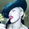 Мадонна снялась топлесс и с костылем