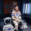 Хилари Суэнк скучает по семье в космосе в трейлере сериала «Вдали» (Видео)