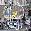 Вивьен Вествуд посадила себя в клетку из солидарности с Джулианом Ассанжем