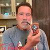 Пользователь Reddit подарил Арнольду Шварценеггеру трубку с головой Терминатора