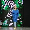 Неоновые цвета и летящие платья продемонстрировали на показе Julia Dalakian